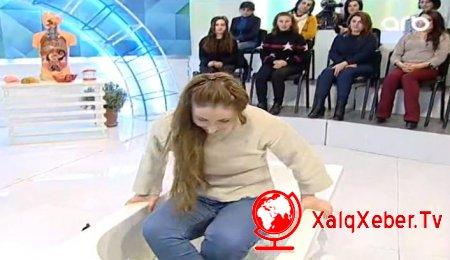 Azərbaycanlı qız efirdə suyla dolu vannaya girdi - VİDEO