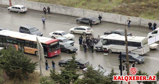 Bakıda sərnişin avtobusu qəzaya düşdü - 5 nəfər xəsarət alıb