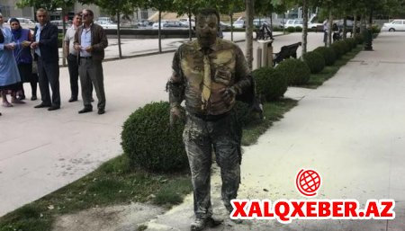 ÜRƏYİ ZƏİFLƏR BAXMASIN! - Bankın önündə özünü yandıran şəxsin FOTOSU