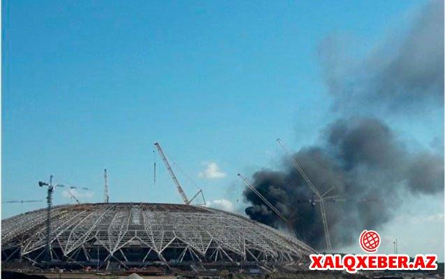 Dünya çempionatı üçün tikilən stadion yandı - Rusiyada+Video