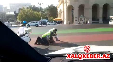 Bakıda polis vətəndaşı yerə yıxıb bölməyə apardı (FOTO)