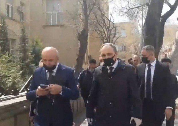 Kamran Əliyev etirazçıları dinləmək üçün PA-nın qarşısına gəldi